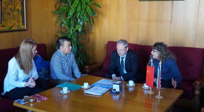 Кметът д-р Д. Димитров проведе работна среща  с инвестиционен консултант от Китай