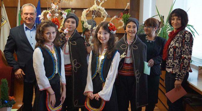 Сурвакари поздравиха кмета д-р Д. Димитров