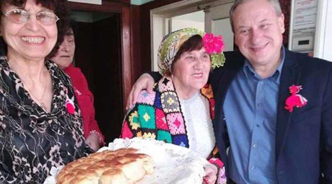"""Кметът на Търговище поздрави вокална група """"Божур"""" за празника й"""