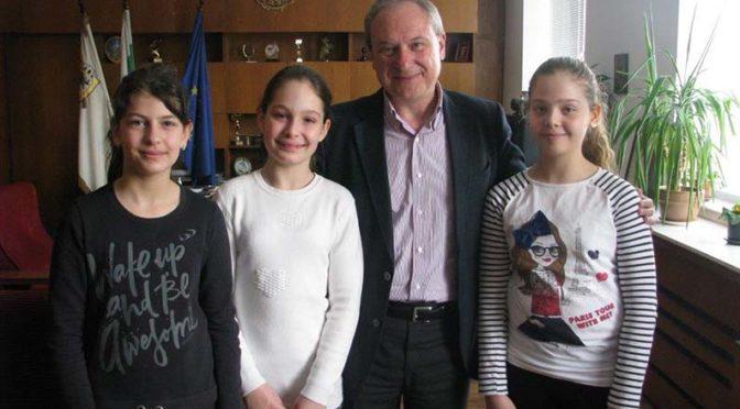 Кметът на Търговище връчи дипломи на малки художници, участвали в конкурс в Смоленск