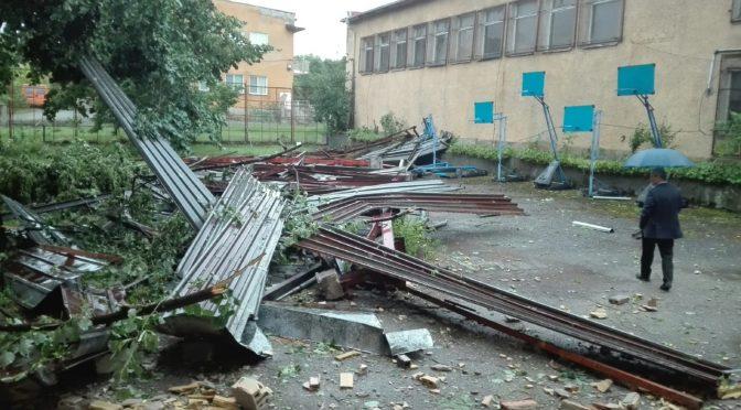 Бурята отнесе част от покрива на ІІІ Основно училище