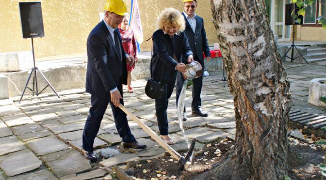 """С церемония """"Първа копка"""" започна ремонтът на Детска градина №9 """"Приказка"""""""