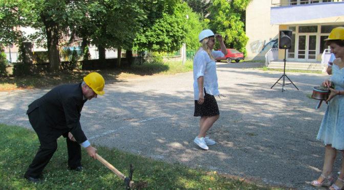 """С церемония """"Първа копка"""" започна ремонтът на Детска градина №7 """"Снежанка"""""""