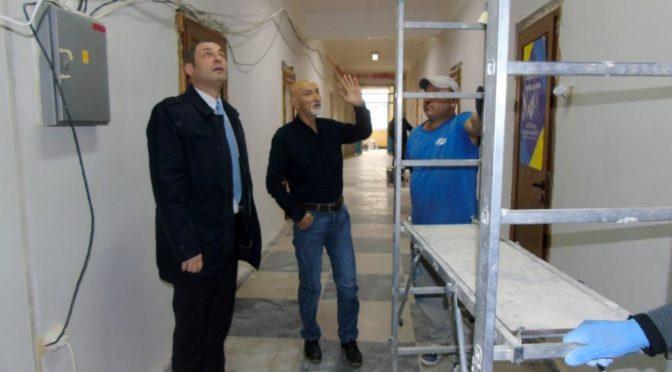 Областният управител провери ремонтните дейности в Регионалното управление на образованието
