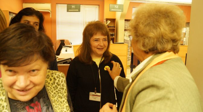 Библиотеката гостува в Центъра за административно обслужване по повод Световния ден на усмивката