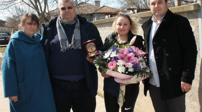 Специален плакет за проявена смелост на Билгюл Харунова от село Плъстина