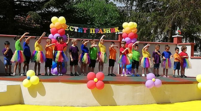 Нови детска площадка и сцена има детската градина в село Руец