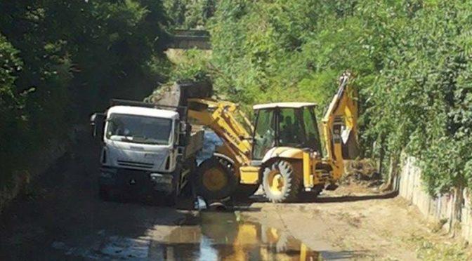 Чистят коритото на  река Врана