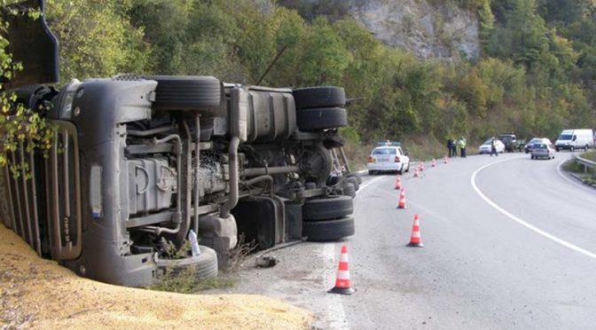 """Обърнат товарен автомобил в местността """"Боаза"""""""