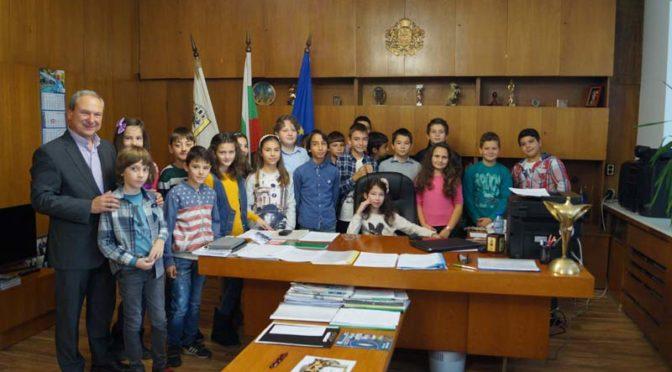 Трима ученици седнаха на кметския стол в деня на отворените врати в Община Търговище