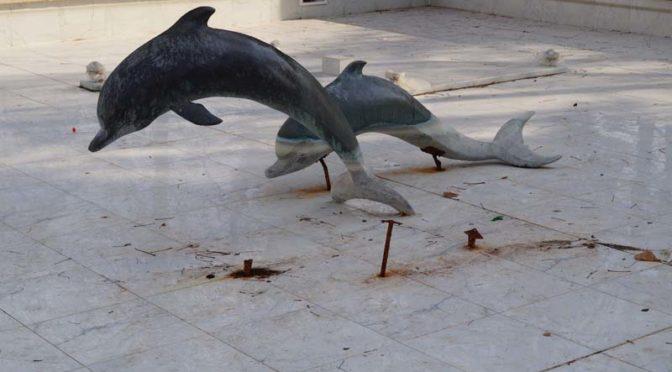 Вандали повредиха 2 от фигурите на делфините в градския шадраван