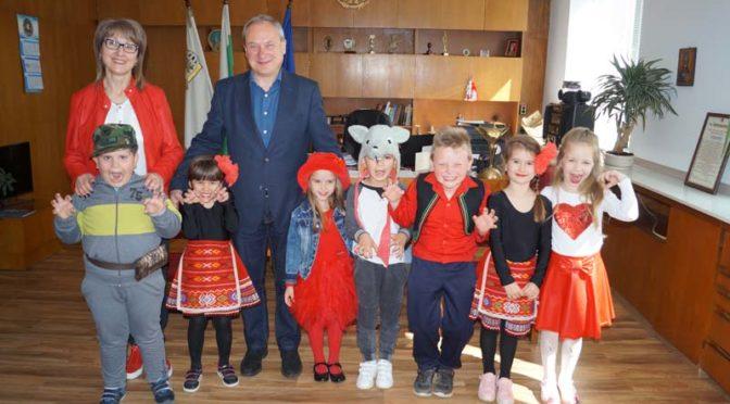 """Кметът поздрави отличената във фестивал театрална група на ДГ """"Осми март"""""""