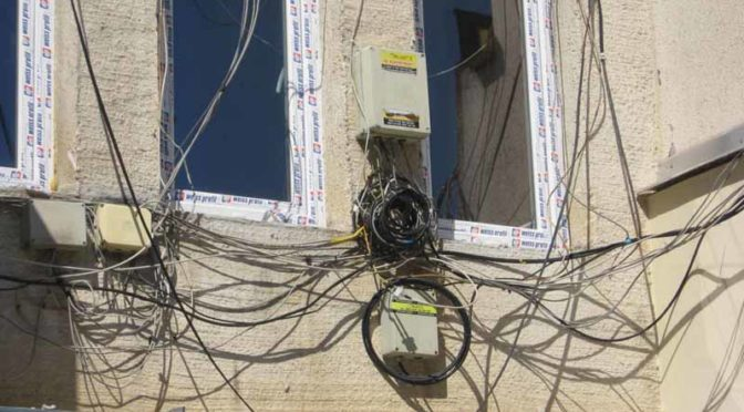 Община Търговище стартира премахването на незаконните кабели