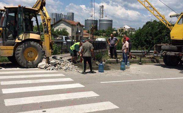 Авариен ремонт на моста срещу Професионална гимназия по земеделие в Търговище