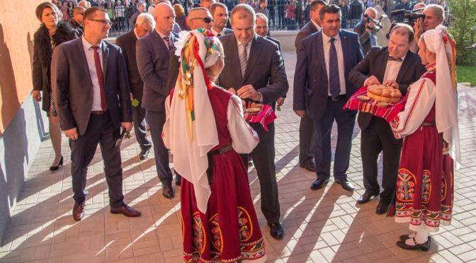 """Президентът подкрепи откриването на Завод 3 на ф.""""Мебел Стил"""" в Попово"""