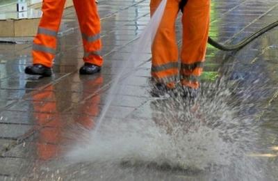 Мият и оросяват улиците в Търговище през горещите дни