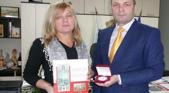 Областният управител получи почетен плакет от Български червен кръст