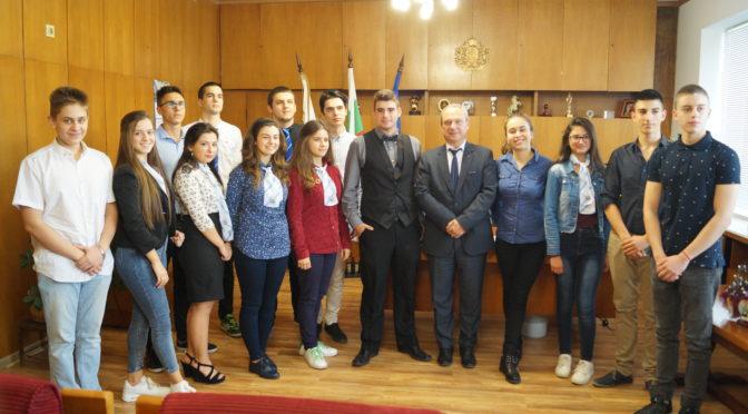 """15 ученици участваха в """"Мениджър за един ден"""" в Община Търговище"""