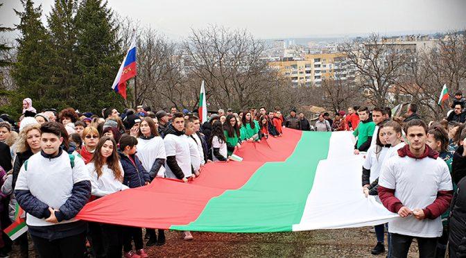 15-метров трибагреник развяха ученици за Националния празник в Търговище