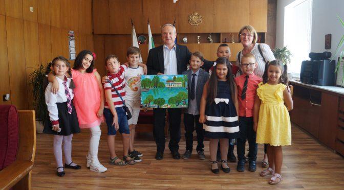 Деца от образователна школа връчиха специален подарък на кмета на Търговище