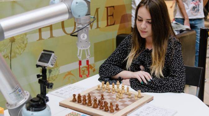 Нургюл Салимова и робот си поделиха по една победа в изключителна шахматна битка