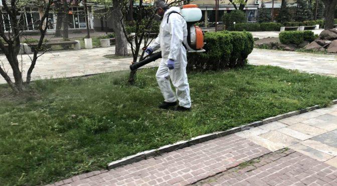 Косят и обработват против кърлежи тревните площи в Търговище