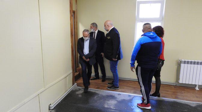 Министър Кралев посети обновената зала по вдигане на тежести в Търговище