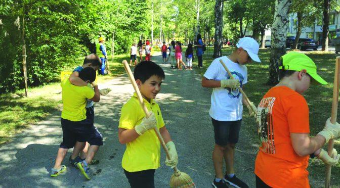 """Съвместна акция за почистване се проведе в парка """"Борово око"""" в Търговище"""