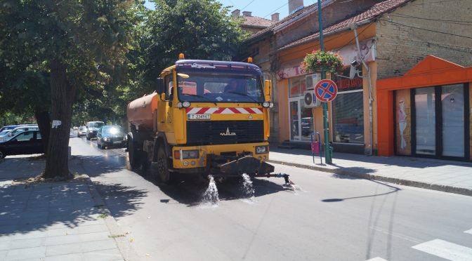 Оросяват улиците в Търговище