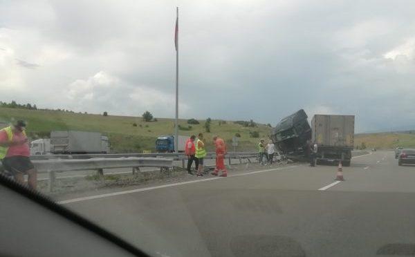 Временно движението по път I-4 Омуртаг – Търговище в района на село Пролаз се осъществява двупосочно в една лента поради аварирал камион